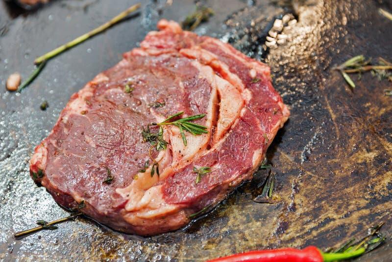 Rindfleischsteak an Rippe-in der Knochennahaufnahme kochen lizenzfreies stockfoto
