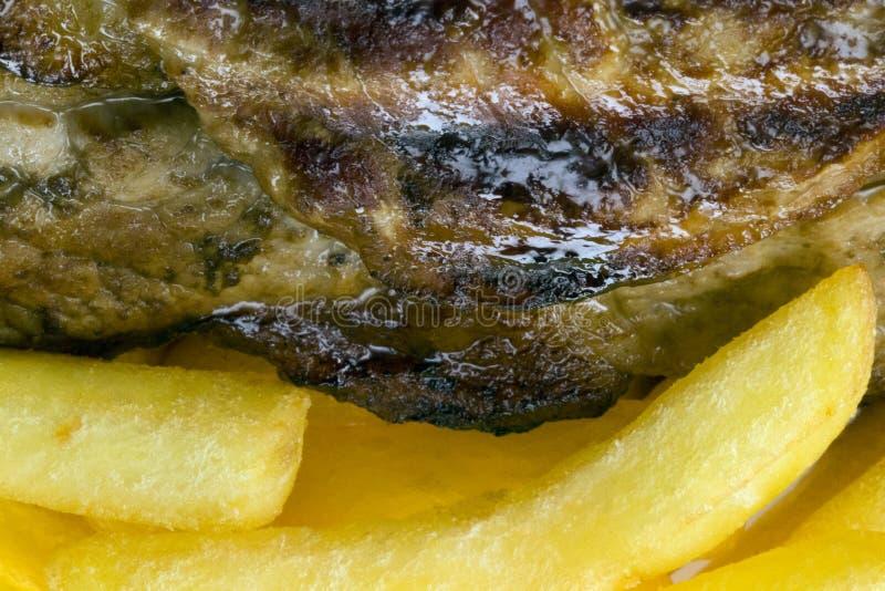 Rindfleischsteak und -chips stockfotos