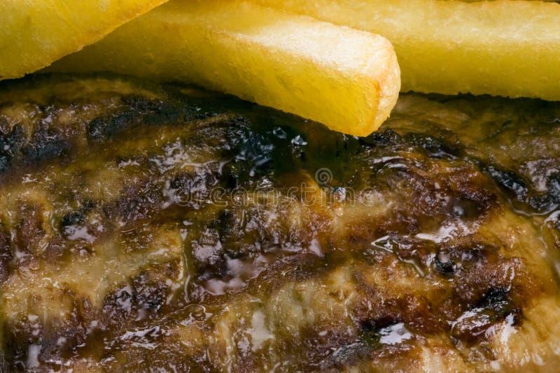 Rindfleischsteak und -chips stockbilder