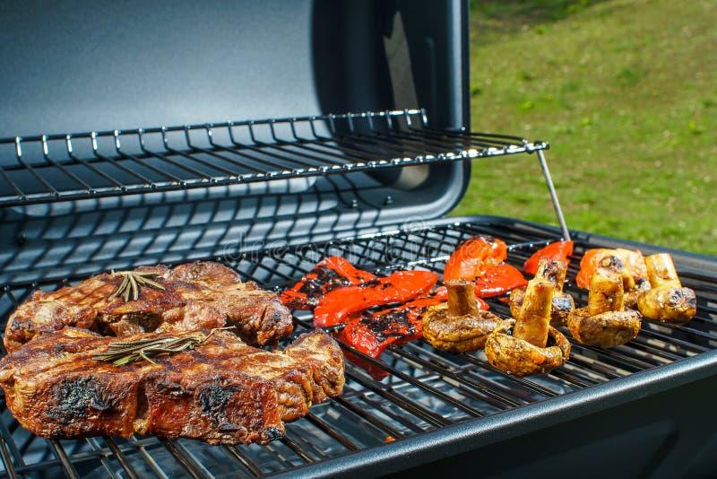 Rindfleischsteak und gegrilltes Gemüse in der Natur stockfotos