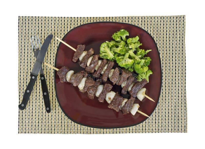 Rindfleischzwiebel Kabob mit Brokkoli stockbilder