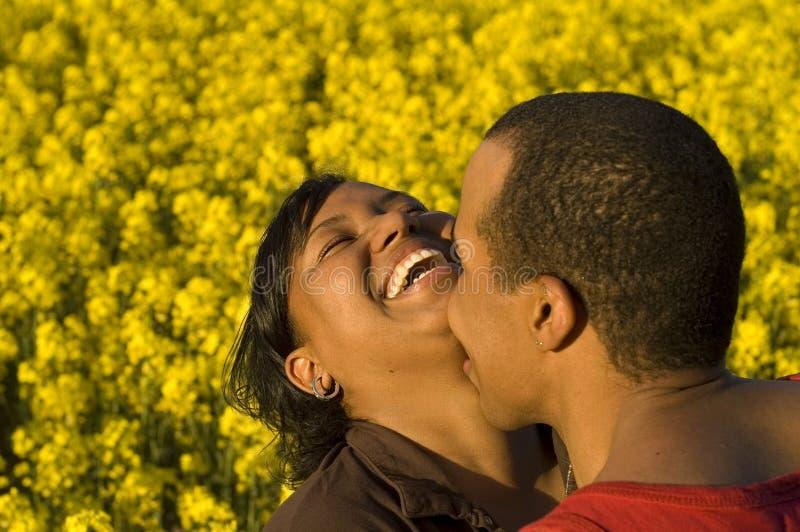 Rindo e beijando pares imagem de stock royalty free