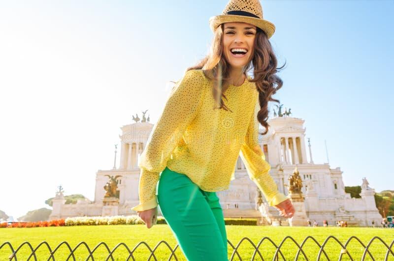 Rindo, mulher feliz em Roma com quadrado de Veneza na distância fotos de stock royalty free
