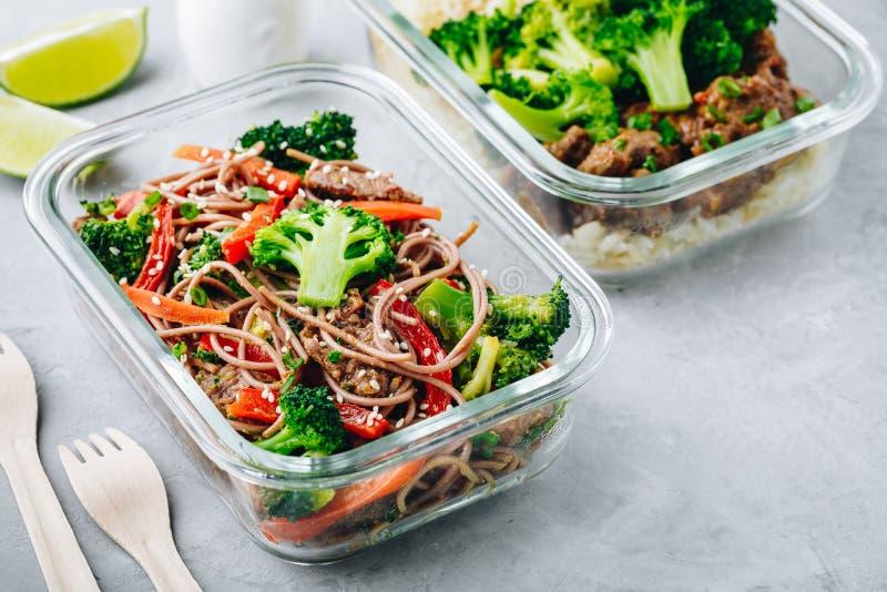 Rinforzi i broccoli che le tagliatelle mescolano il contenitore della scatola di pranzo della preparazione del pasto della frittu immagine stock libera da diritti