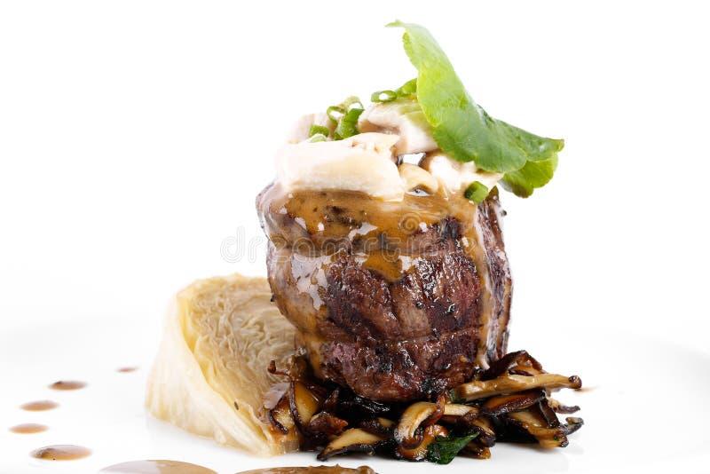 Rinforzi il rotolo con formaggio ed il fungo, cavolo bianco su backg bianco fotografie stock