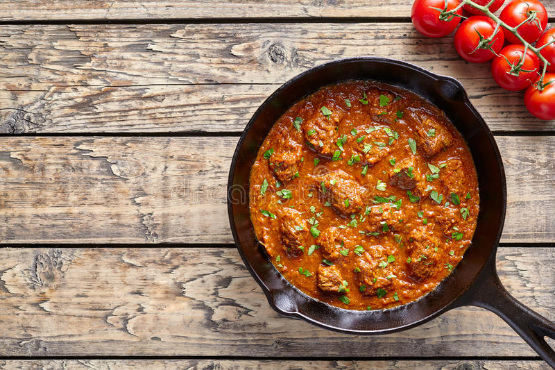 Rinforzi l'alimento piccante indiano tradizionale della carne dell'agnello del peperoncino rosso del curry di Madras con il conto immagini stock libere da diritti