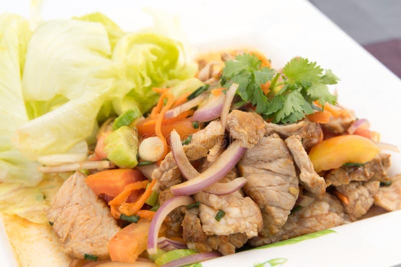 Rinforzi l'insalata con il condimento succoso, chiamata tailandese fotografia stock