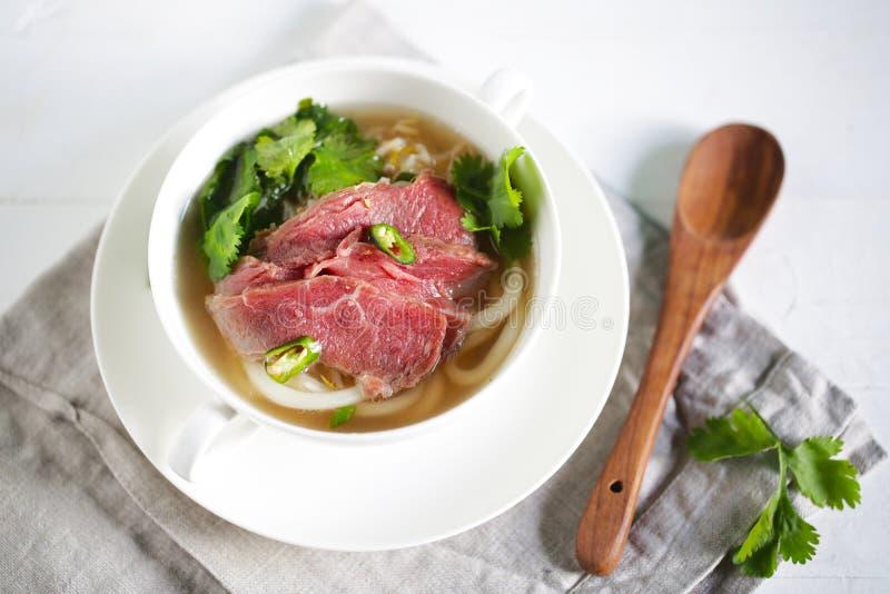 Rinforzi la minestra di pasta del udon con il petto crudo, pho dal Vietnam con coriandolo immagine stock
