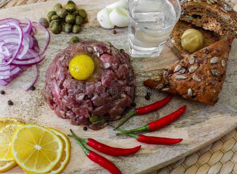 Rinforzi tartaro marinato con i capperi e le cipolle fotografia stock