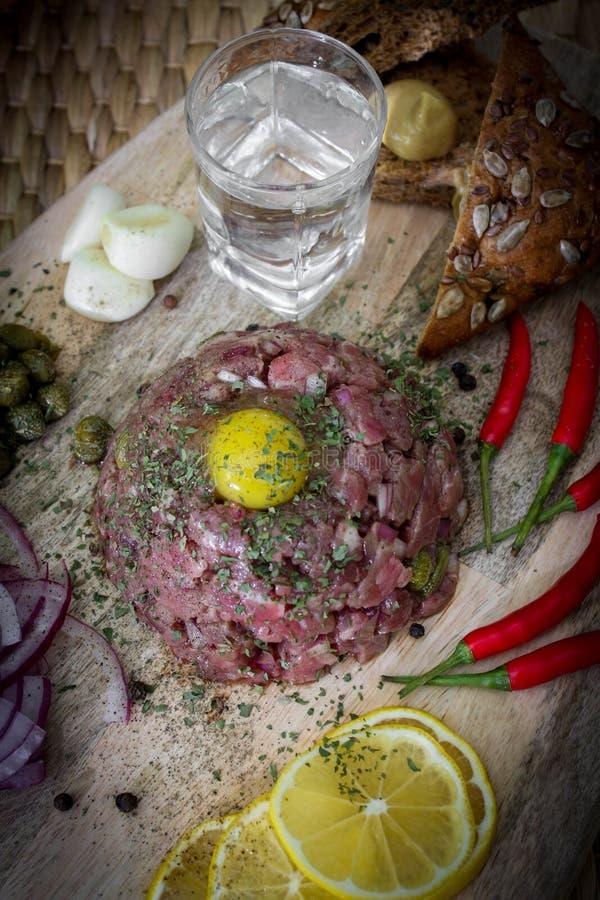 Rinforzi tartaro marinato con i capperi e le cipolle immagini stock libere da diritti