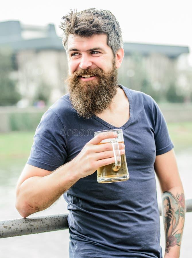 Rinfresco maschio brutale di bisogni Il fine settimana si rilassa bevanda alcolica della birra della bevanda Pantaloni a vita bas fotografie stock