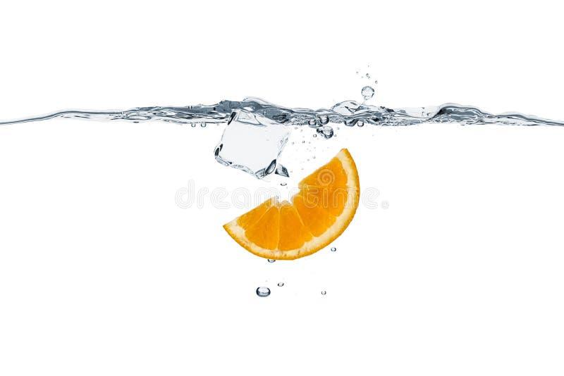 Rinfresco sano con l'arancia ed il cubetto di ghiaccio fotografie stock