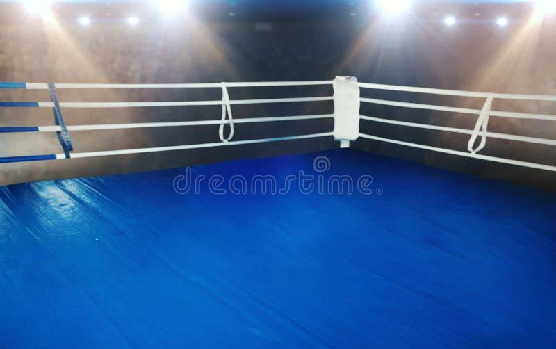 Ring avec le plancher bleu et les cordes blanches images libres de droits