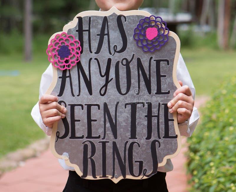 Ring Bearer Holding Sign immagini stock libere da diritti