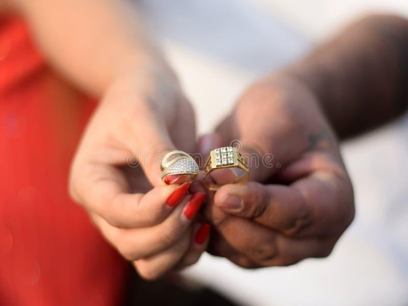 Ring Ceremony avec de beaux anneaux et fond image libre de droits