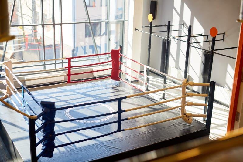 Ring de boxeo vacío en club de la lucha fotografía de archivo