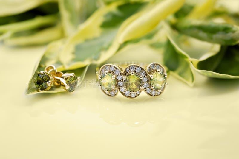 Ring Featuring Three Green Sapphires met de Aanpassing van Oorringen royalty-vrije stock afbeeldingen
