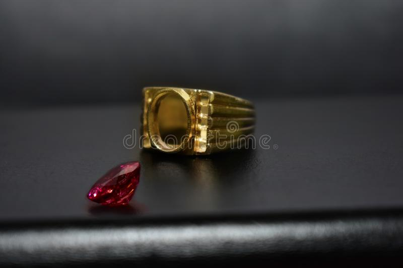 Ring Gold Jewelry et rubis photo stock
