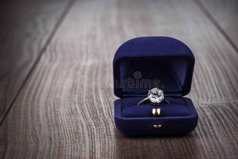 Ring im Kasten auf dem Tisch stockbilder