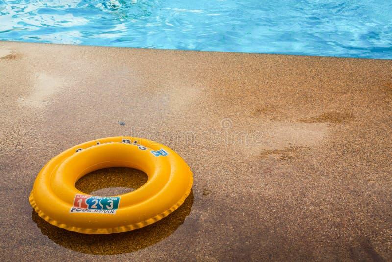 Ring im Pool Es ist wesentlich, die Leben zu retten ist gewesen immer stockbild