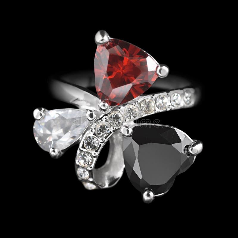 Ring met diamanten op zwarte stock foto's