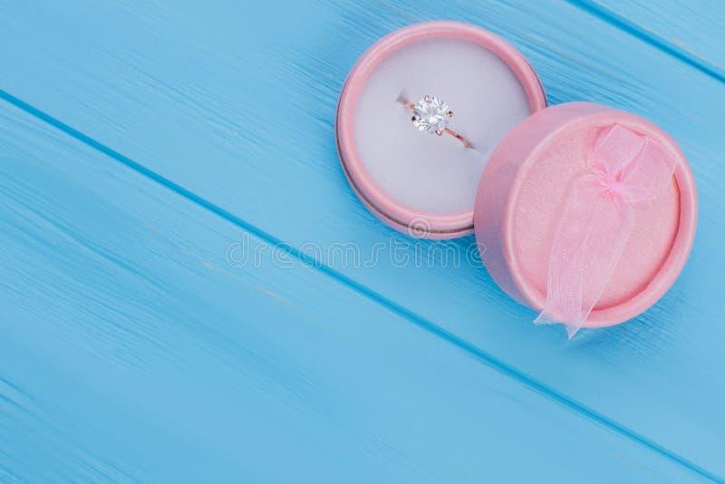 Ring mit glänzendem im runden Kasten stockbilder