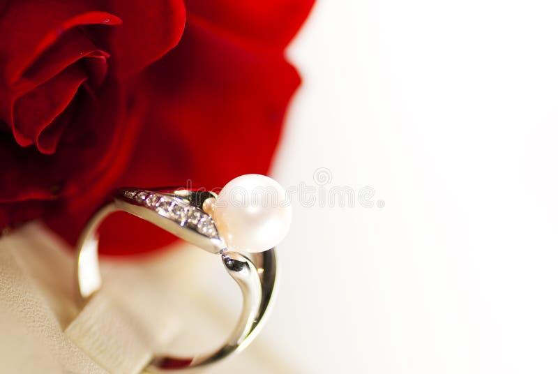 Ring mit Perle stockfoto