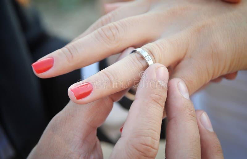 Ring op een bruidvinger stock foto's