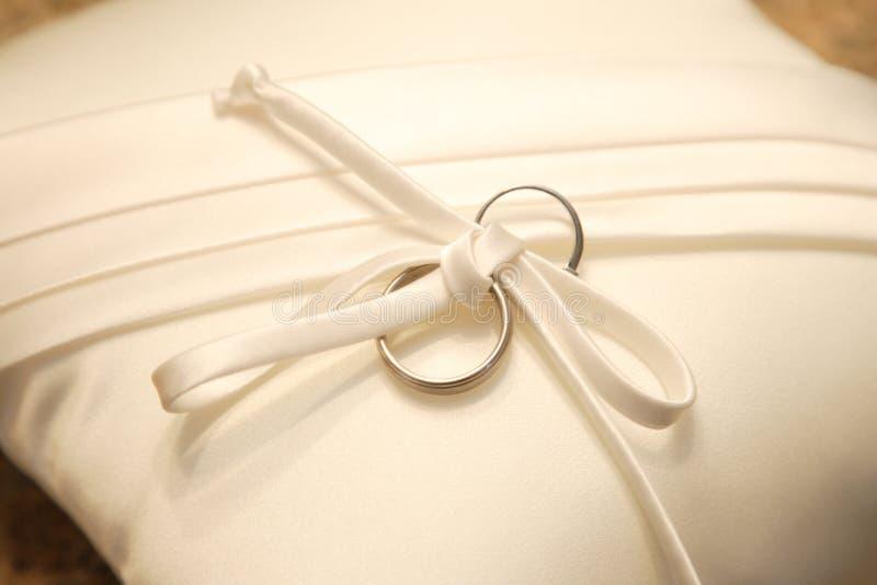 Ring Pilliow met trouwringen stock fotografie