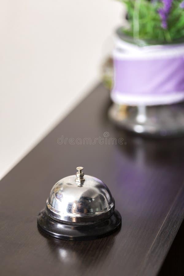 Ring Service Bell Office na mesa de recepção imagens de stock royalty free