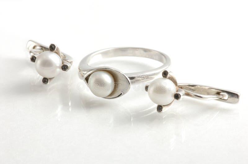 Ring und Ohrringe mit Perlen stockfoto