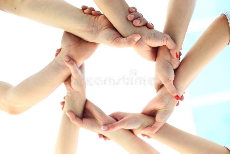 Ring van handengroepswerk het tonen stock foto