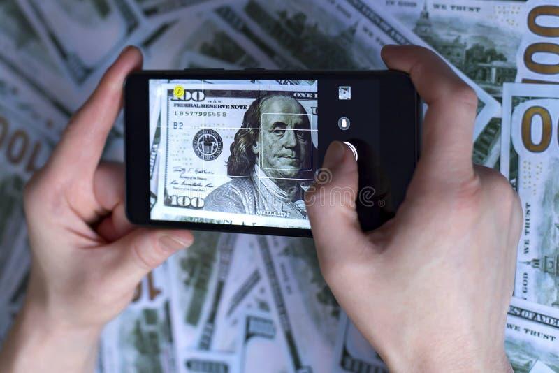 Ringa i handen, bild av dollaren, på bakgrunden av dollar royaltyfria foton