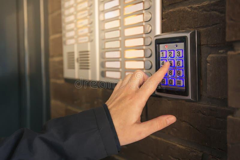 Ringande passcode för kvinna på högtalaranläggningsäkerhetstangentbord arkivbilder