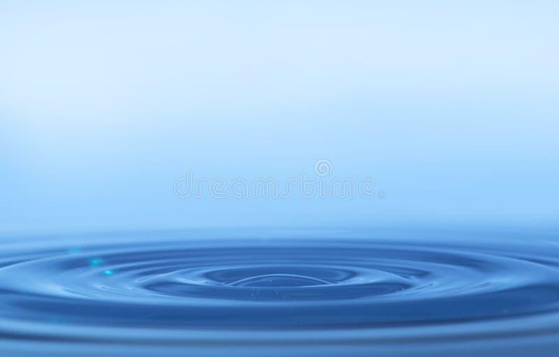 Ringe auf einer Wasseroberfläche stockbild
