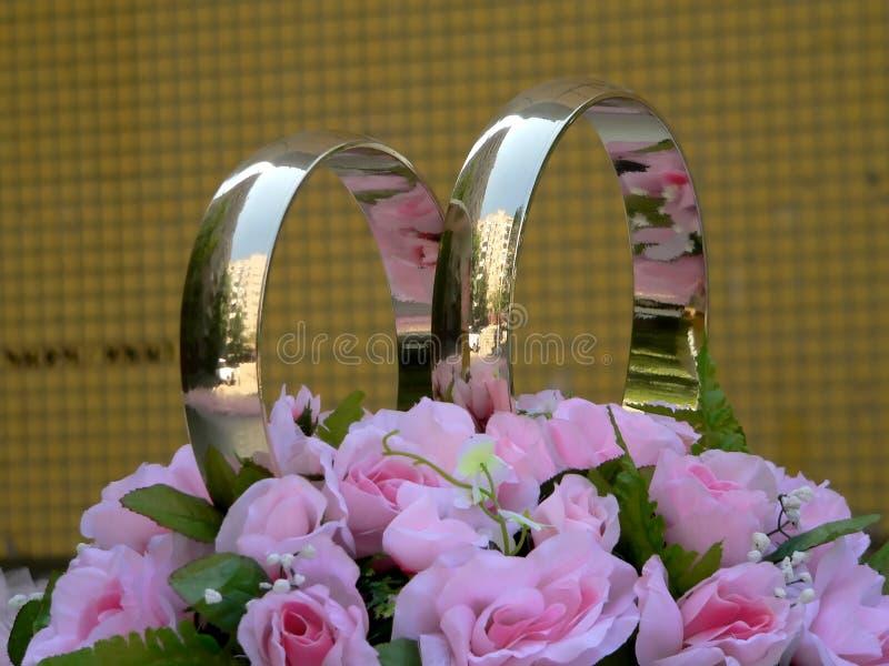 Ringe der goldenen Hochzeit lizenzfreie stockfotografie
