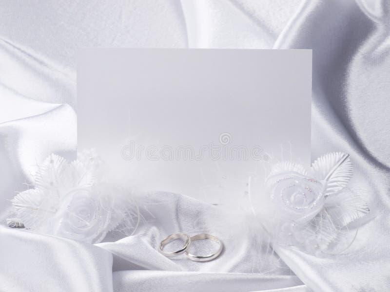 Ringe und Karte der silbernen Hochzeit lizenzfreie stockfotos