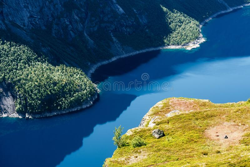 Ringedalsvatnet - blå sjö nära Trolltunga, Norge arkivbilder