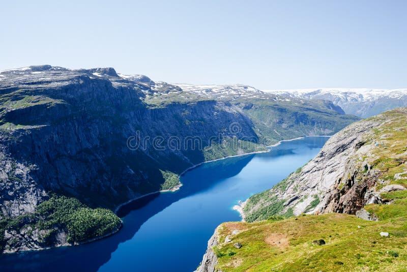 Ringedalsvatnet sjö nära den Trolltunga traien, Norge fotografering för bildbyråer
