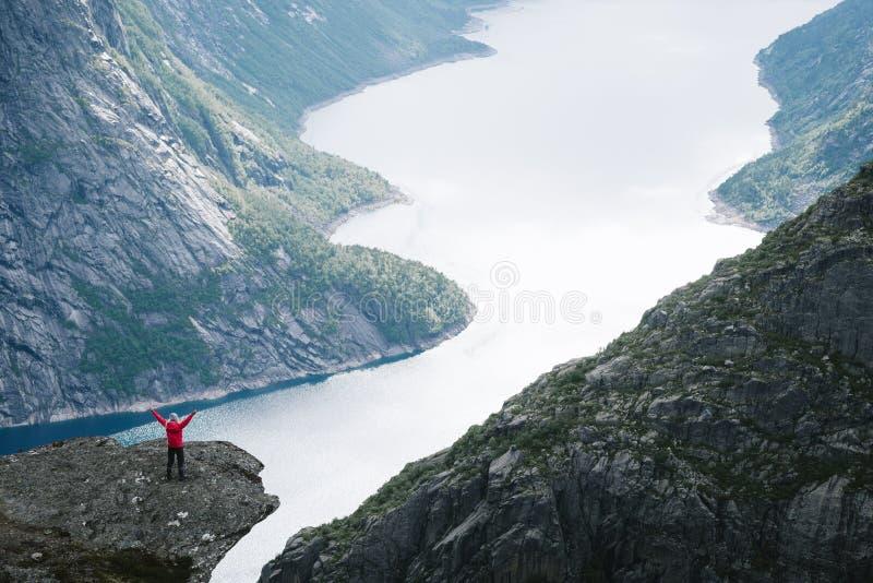 Ringedalsvatnet sjö nära Trolltunga, Norge arkivbild