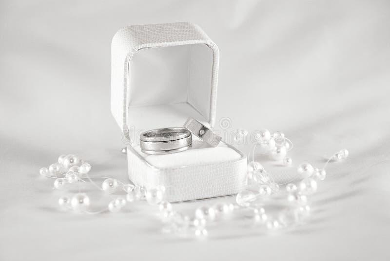 Ringen en parels door dichte omhooggaand royalty-vrije stock foto's