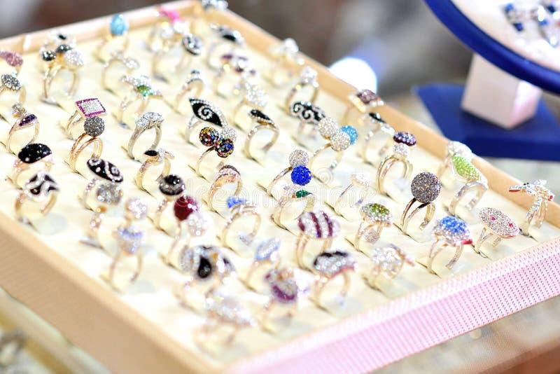 Ringen in juweleryopslag royalty-vrije stock fotografie