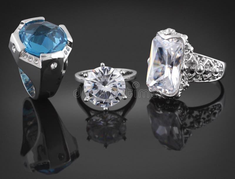 Ringen met diamanten op zwarte stock afbeeldingen