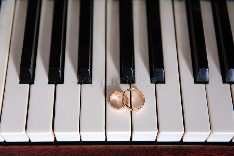 Ringen op de piano royalty-vrije stock fotografie