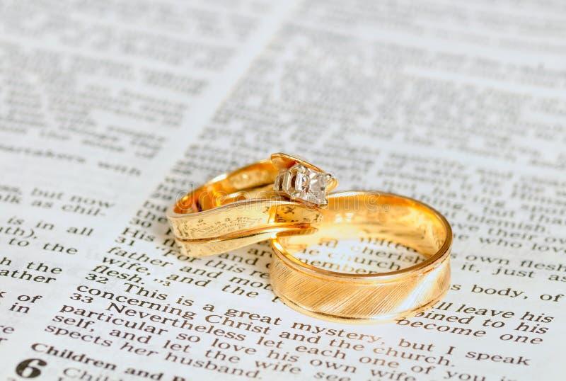 Ringen op huwelijkshoofdstuk stock fotografie