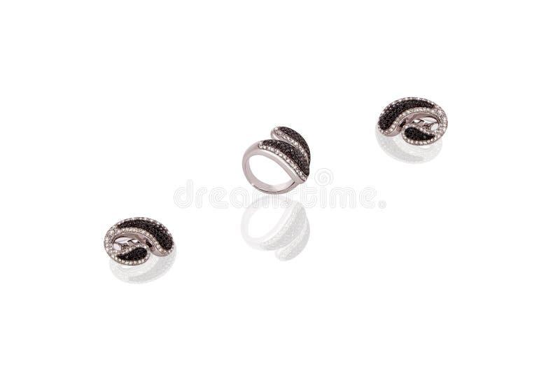 Ringer dyrbara örhängen för platina kvinnlign med diamanter på vit isolerad bakgrund royaltyfri foto