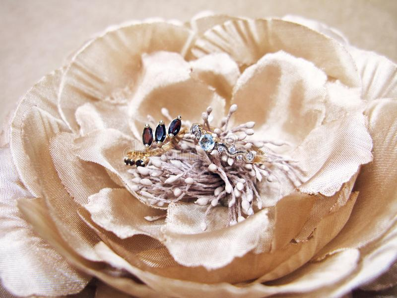 Ringgranatstopasschmuckschmuckgewebes der Frau Pfingstrosenblumenmakrofoto des goldenen silk lizenzfreie stockfotografie