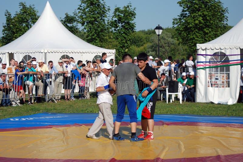 Ringkämpfer kämpfen auf Eisbahn an Sabantui-Feier in Moskau stockfoto