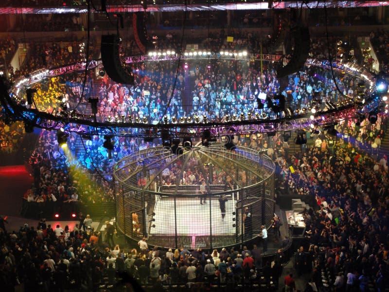 Ringkämpfer kämpfen auf Spitzenspannschloß während der Abgleichung lizenzfreie stockfotos