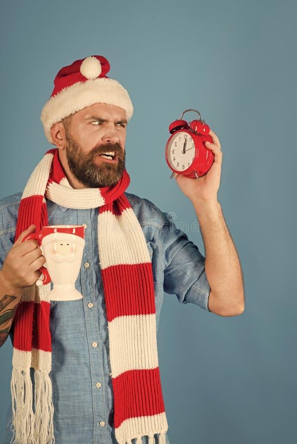 Ringklocka och kopp för julmanblick royaltyfri fotografi